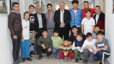 Photo of Güreşçi öğrencilerden başkan Özten'e ziyaret